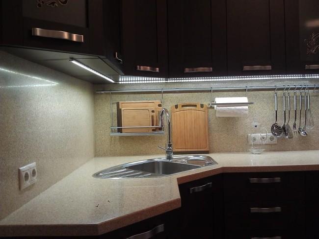 Кухонная подсветка накладным линейным светильником