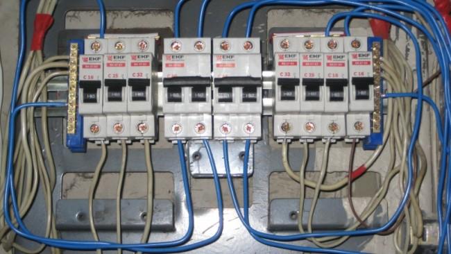 Внешний вид выключателей в щитовой