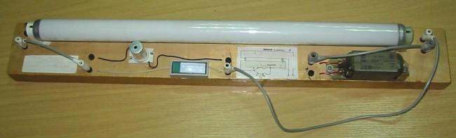Внешний вид люминесцентной лампы со стартером