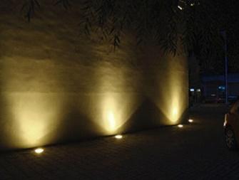 Здание окруженное грунтовыми светильниками