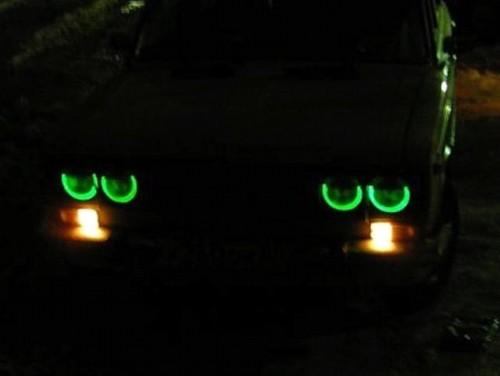 Машина с «глазками» в темноте