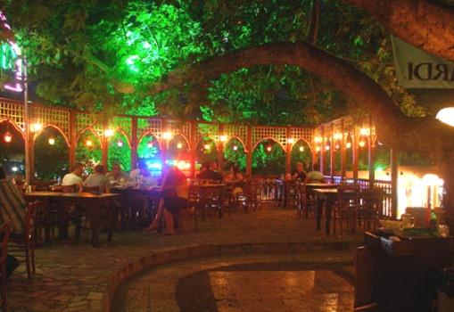 Освещение возле ресторана