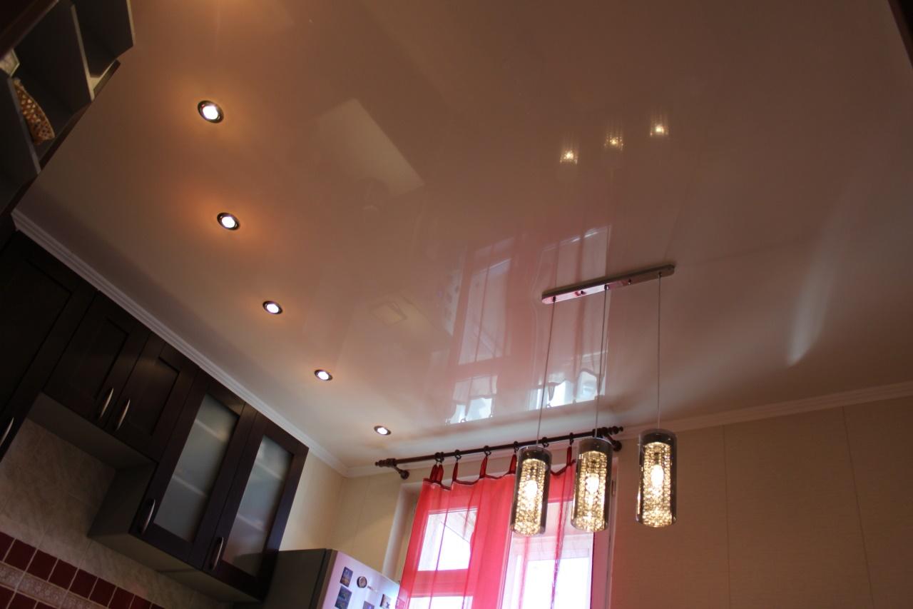активно сотрудничает размещение лампочек на натяжном потолке фото новые бесплатно