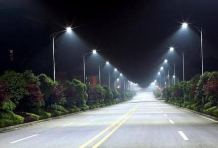 Дорога освещенная фонарными столбами